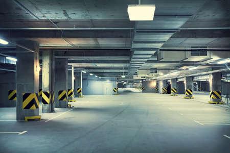 voiture parking: Un parking souterrain
