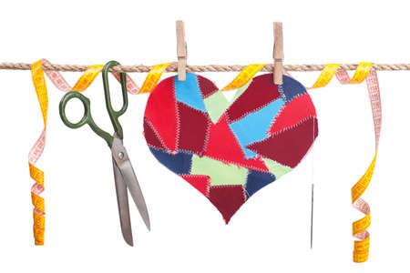 hilo rojo: Restos de tejido de coraz�n y accesorios de costura que colgaban en el tendedero. Aislado en blanco. D�a de San Valent�n