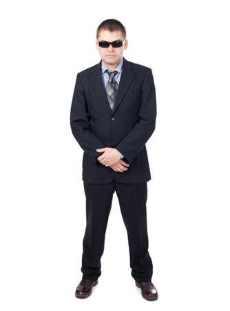 Guardia di sicurezza che indossa un abito e occhiali da sole isolato su sfondo bianco