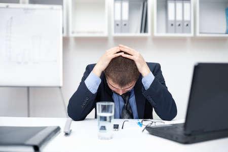 Trẻ người đàn ông kinh doanh với các vấn đề và căng thẳng trong văn phòng Kho ảnh