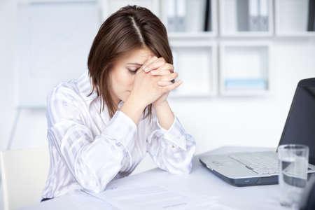Mệt mỏi người phụ nữ doanh nghiệp trẻ trong văn phòng sáng