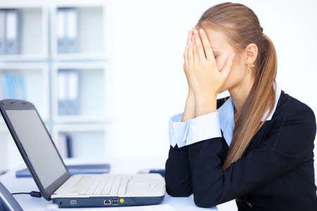agotado: Retrato de mujer cansada empresa joven con ordenador port�til en la oficina