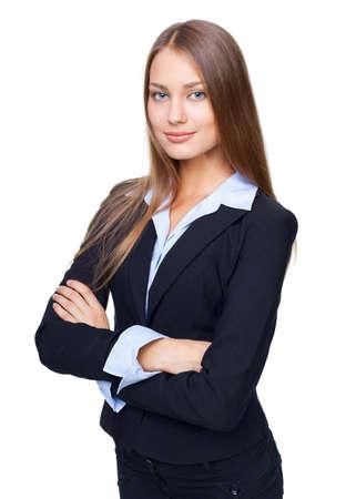 Ritratto di giovane imprenditrice sorridente in piedi con le mani piegate contro isolato su sfondo bianco