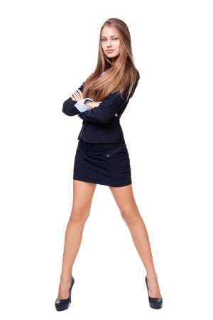 Ritratto di lunghezza completa di una bella donna d'affari in piedi con le mani piegate contro isolato su sfondo bianco