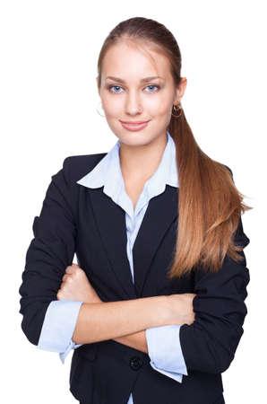 Chân dung nữ doanh nhân trẻ đang đứng mỉm cười với hai bàn tay xếp lại bị cô lập trên nền trắng