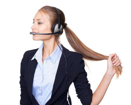 Portrait d'une femme jeune opérateur de service à la clientèle dans le casque avec des cheveux longs sur fond blanc