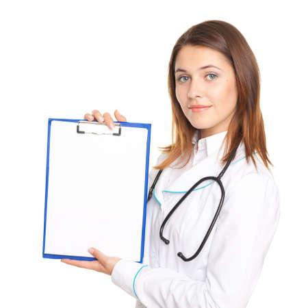 Ritratto di giovane medico femminile che mostra un foglio bianco di carta per appunti isolato su sfondo bianco