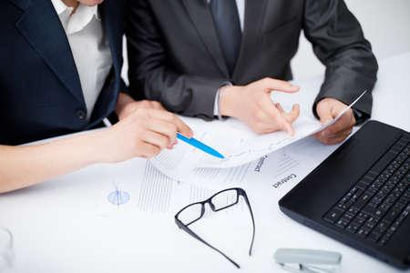 document management: Close-up van zakenman in bespreking