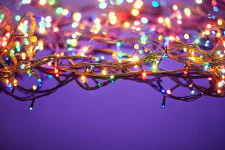 adornos navideños: Las luces de Navidad sobre fondo azul oscuro con copia espacio guirnalda decorativa Foto de archivo