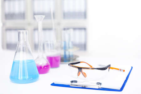 Frascos con reactivos químicos en la tabla