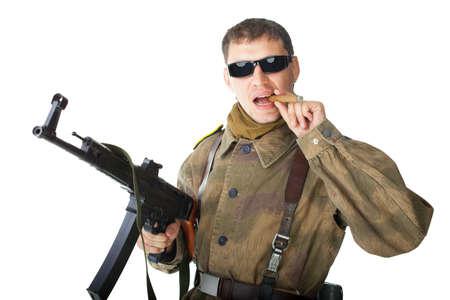 hombre disparando: Soldado con gafas de sol con la ametralladora fumando un cigarro aislado sobre fondo blanco
