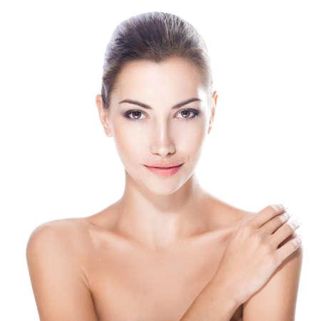 corps femme nue: belle jeune femme avec le visage sain et une peau propre isol�e sur fond blanc