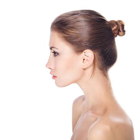 ragazza nuda: giovane e bella donna con il volto sano e la pelle pulita isolato su sfondo bianco