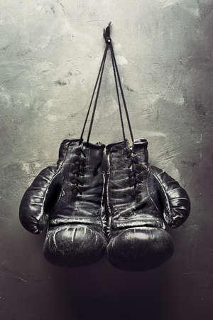 kesztyű: régi bokszkesztyű tarts köröm texturált fal - Nyugdíj koncepció Stock fotó