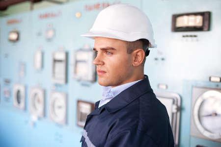 Portrait de jeune ingénieur avec un casque à la salle de contrôle Banque d'images - 18353741