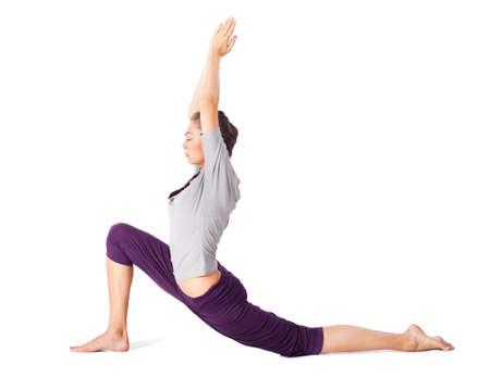 Phụ nữ trẻ làm asana yoga lunge thấp. Bị cô lập trên nền trắng
