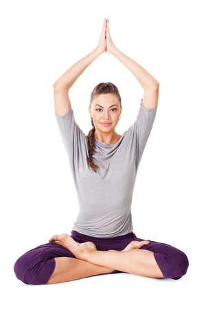 Giovane donna facendo esercizio di yoga Padmasana (Loto). Isolato su sfondo bianco