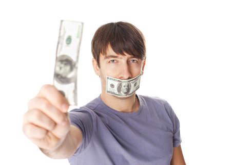 Jonge mens met zijn mond die door honderd dollarsrekeningen wordt verzegeld voor steekpenningsconcept dat op witte achtergrond wordt geïsoleerd