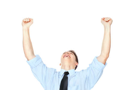 Hombre de negocios joven con los brazos extendidos celebrando el éxito aislado sobre fondo blanco