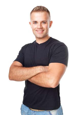 Ritratto di giovane uomo in piedi con le mani giunte contro isolato su sfondo bianco