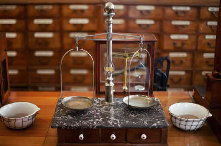 balanza de laboratorio: droguer�a antigua b�scula