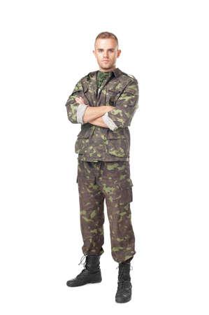Retrato de cuerpo entero de un soldado del ejército serio con los brazos cruzados aislados sobre fondo blanco