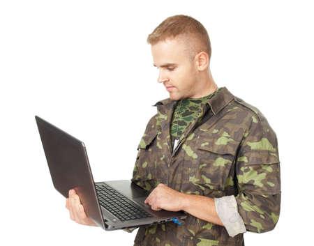 흰색 배경에 고립 된 노트북과 젊은 육군 군인의 초상화