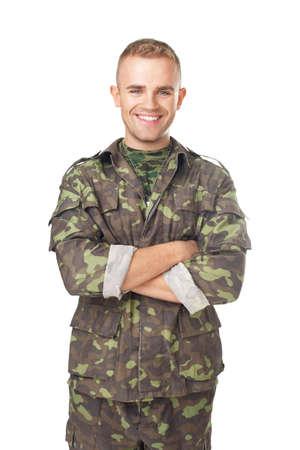 Sorridente soldato dell'esercito con le braccia incrociate isolato su sfondo bianco