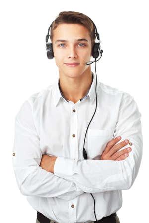 Gros plan portrait d'un jeune homme employé de centre d'appel avec un casque isolé sur fond blanc