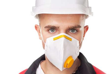 Chân dung của công nhân trẻ tuổi mang trang bị bảo vệ an toàn được tách ra trên nền trắng