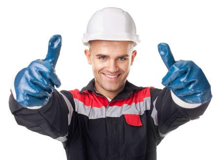 Porträt der lächelnden jungen Arbeitnehmer in Schutzhandschuhe, die Daumen nach oben isoliert auf weißem Hintergrund Standard-Bild