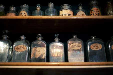 Flessen op de plank in de oude apotheek Stockfoto