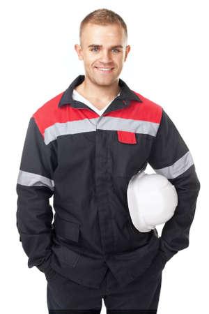 Chân dung kỹ sư trẻ tuổi mỉm cười nắm giữ mũ bảo hiểm màu trắng bị cô lập trên nền trắng