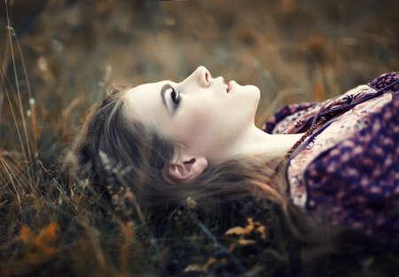 gitana: retrato de la hermosa chica hippie acostado en la hierba Foto de archivo