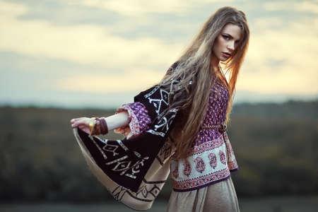 Đẹp hippie cô gái ở ngoài trời vào lúc hoàng hôn. Boho phong cách thời trang