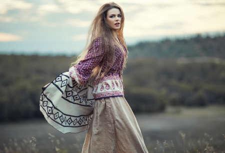일몰 야외에서 점프 아름 다운 히피 여자. 보헤미안 패션 스타일 스톡 콘텐츠