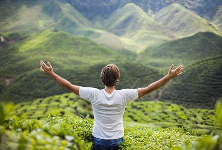 manos levantadas: joven libertad con las manos arriba en las montañas Foto de archivo