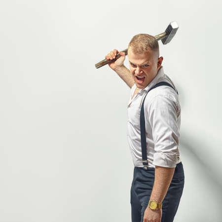 Homme en colère avec un marteau