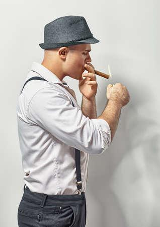 hombre fumando puro: Hermoso estilo joven fumar cigarros Foto de archivo