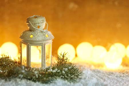 atmosfera: Linterna de la Navidad en nieve con el espacio de la copia. Fondo de la Navidad Foto de archivo