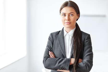 Ritratto di giovane e bella donna d'affari in ufficio