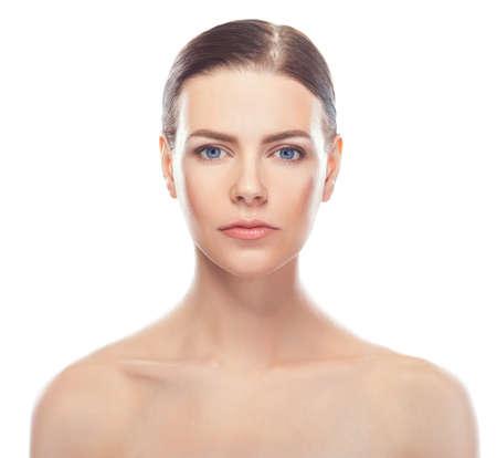 mooie jonge vrouw met een gezonde gezicht en schone huid op een witte achtergrond