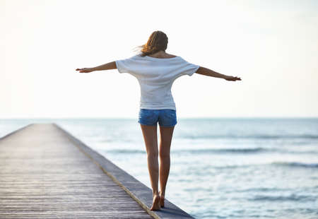 桟橋の上を歩く自由少女