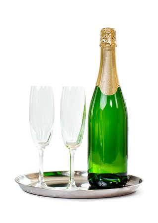 felicitaciones cumpleaÑos: botella de champán con los vidrios en la bandeja aislada en el fondo blanco. concepto de celebración Foto de archivo