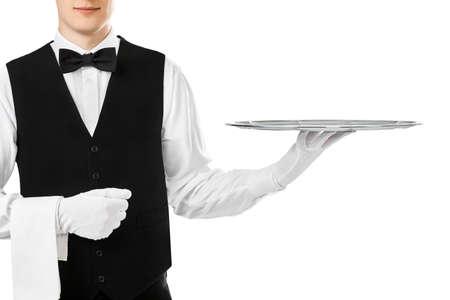 Elegante camarero que sostiene la bandeja de plata vacía en la mano aislado en el fondo blanco