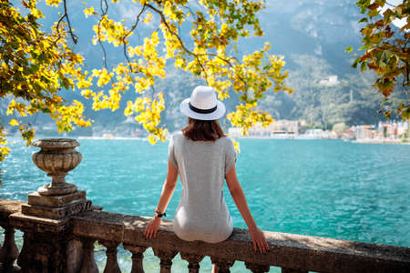 아름다운 가르다 호수에서 휴식 젊은 여자. 휴가 개념 스톡 콘텐츠