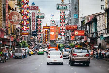 차이나 타운, 방콕, 태국 - 2014 년 6 월 3 일 : 자동차 및 Yaowarat 도로에 상점