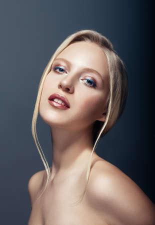 fille sexy nue: Portrait de beauté près de la femme nordique et blonde naturelle sur fond sombre
