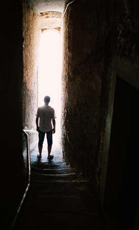 Man silhouet op trappen in smalle straat. Geheimzinnig concept
