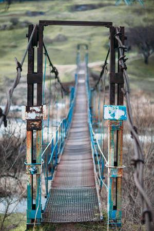 perspectiva lineal: Antiguo puente colgante. Perspectivas lineales Foto de archivo
